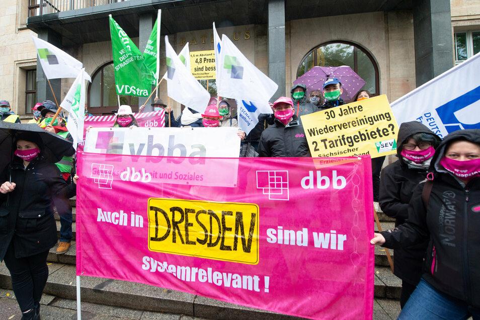 Vor dem Dresdner Rathaus haben am Mittwochnachmittag unter anderem Erzieher demonstriert.