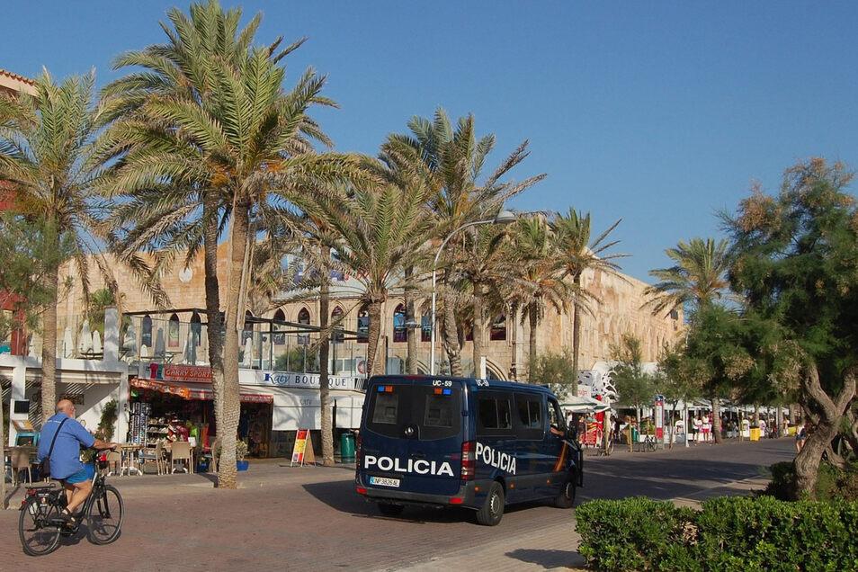 Eine Polizeistreife fährt am Megapark vorbei. Nach einer brutalen Attacke auf einen afrikanischen Türsteher wird gegen zwei deutsche Urlauber auf Mallorca ermittelt.