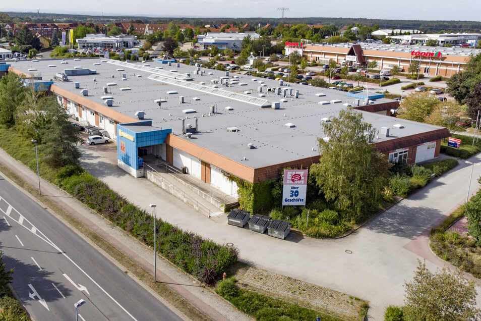 Blick auf das Einkaufszentrum EKZ an der Badstraße in Radeberg. Das Gebäude soll aufwendig modernisiert werden. Allerdings ist der genaue Baubeginn noch unklar. Der Toom-Baumarkt und Euronics XXL Frequenz im Hintergrund sind von den Plänen nicht betroffen
