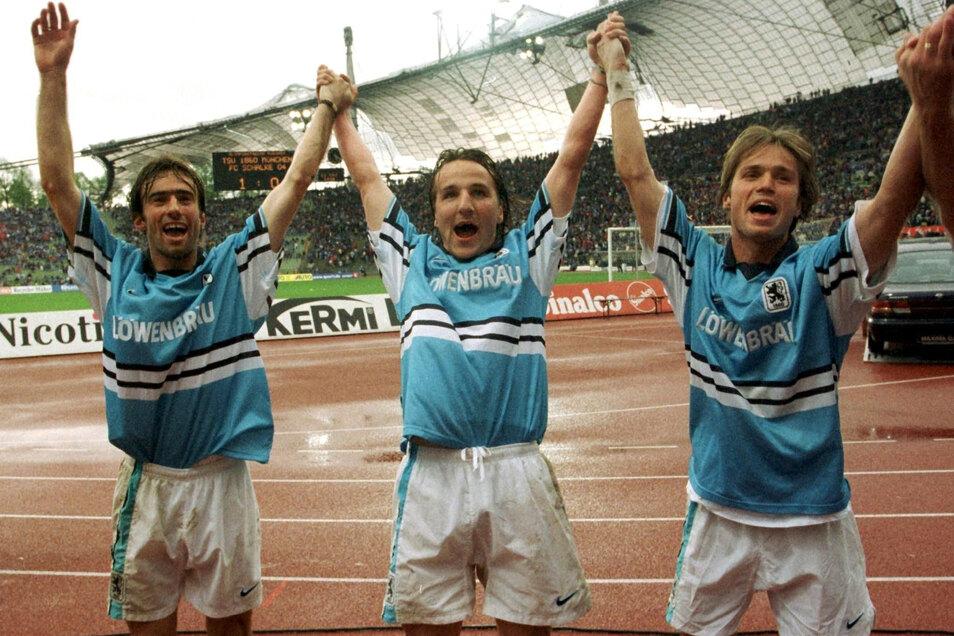 """Miroslav Stevic, Ex-Dynamo Jens Jeremies und Harald Cerny (v. l.) feiern im Mai 1998 nach einem 1:0-Sieg mit 1860 München gegen Schalke 04. Die """"Löwen"""" sicherten sich damit den Klassenerhalt in der Bundesliga. Dynamo war bereits 1995 sportlich abgestiegen"""