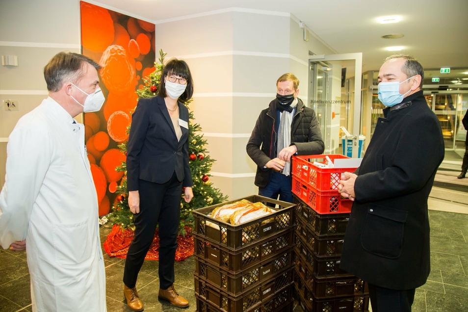 Ministerpräsident Michael Kretschmer am Freitag im Görlitzer Klinikum, zusammen mit Chefarzt Jörg-Uwe Bleyl (li.), der Pflegeleiterin Birgit Bieder und dem Görlitzer OB Octavian Ursu (re).
