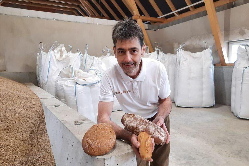 Silvio Riedel in seinem Getreidelager mit Backwaren, für die Urgetreidesorten verwendet werden.