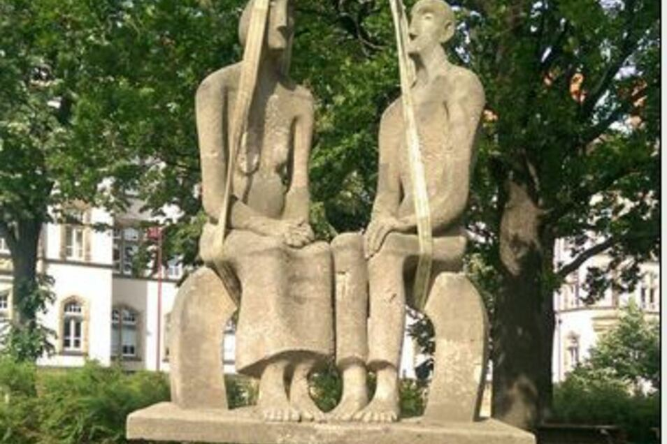 """Die Skulptur """"Altes Paar"""" wurde jetzt  vom Sockel gehoben. Seit 1974 stand sie am Friedrich-Engels-Platz in Bautzen, jetzt wird sie restauriert."""