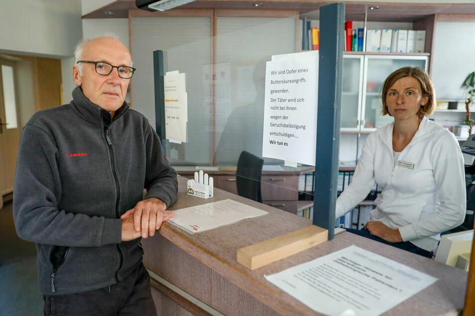 Die Fachärzte Michael Nowotny und Dr. Zdenka Prochazkova in der Anmeldung ihrer Doppel-Praxis, wo sie sich jetzt nur selten aufhalten können.
