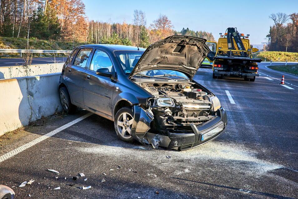 Eine 18-Jährige geriet mit ihrem Auto ins Schleudern und krachte gegen eine Betontrennwand.