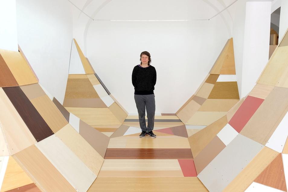 Die Berlinerin Gaby Taplick verwandelt die Galerie des Meißner Kunstvereins in ein begehbares Kunstwerk. Ihr Material: alte Möbelteile.