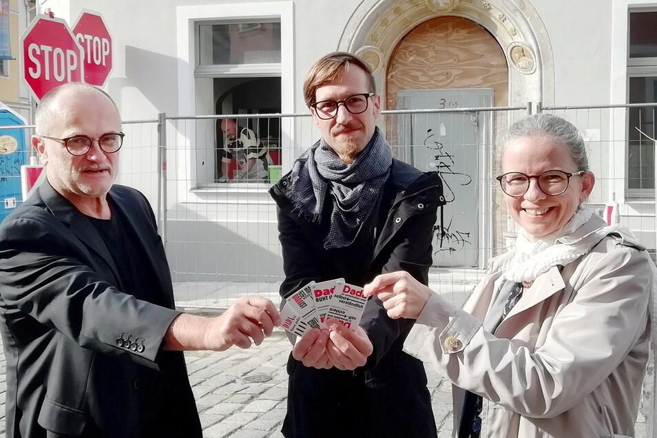 Sieht aus wie eine Skatrunde, geht aber um Kunst: Der Kamenzer OB Roland Dantz, Kurator Johannes Schwab und Museumsleiterin Dr. Sylke Kaufmann (v.l.) halten ein Kartenspiel zur Dada-Kunst in den Händen. Die soll in die alte Posthalterei einziehen.