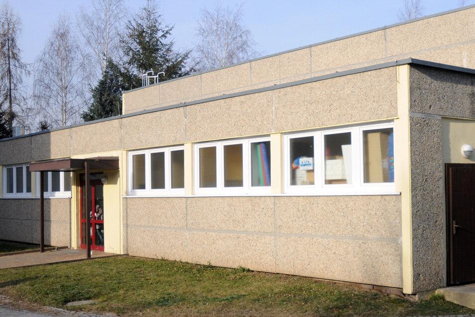 Das Dach und der Fußboden der Sporthalle der Grundschule in Krögis sollen dieses Jahr erneuert werden.