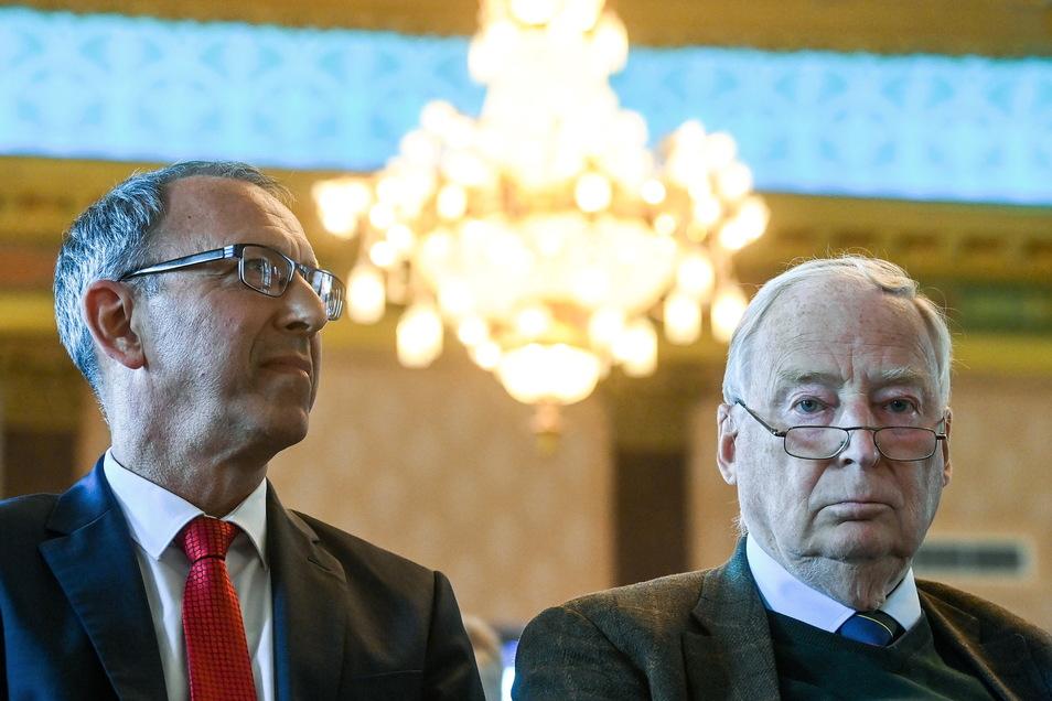 Jörg Urban (l), Fraktionsvorsitzender der AfD in Sachsen, sitzt auf dem Wahlkampfauftakt der AfD Sachsen in Stollberg neben Alexander Gauland, Fraktionsvorsitzender der AfD im Bundestag.
