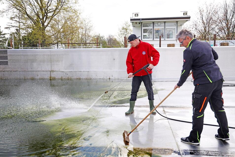 Jakob Hesse und Sandra Dorn bereiten das Nixenbad in Strehla für die Badegäste vor. In Strehla hofft man auf eine Öffnung zum 1. Juni.