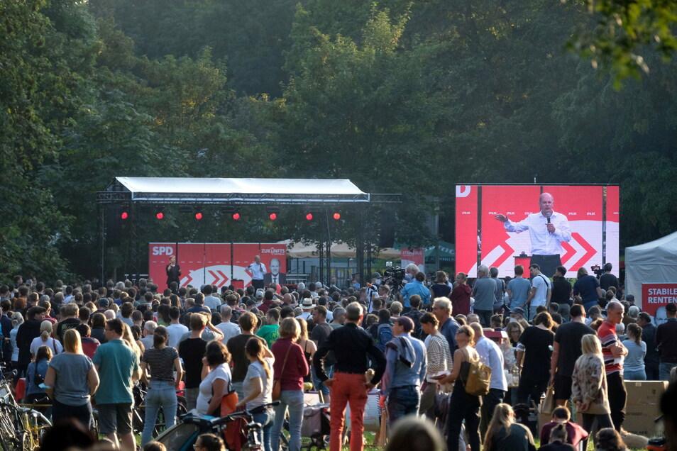 Mehrere Hundert Zuhören sind am Sonntag in den Clara-Zetkin-Park gekommen, um Olaf Scholz live auf der Bühne zu erleben.