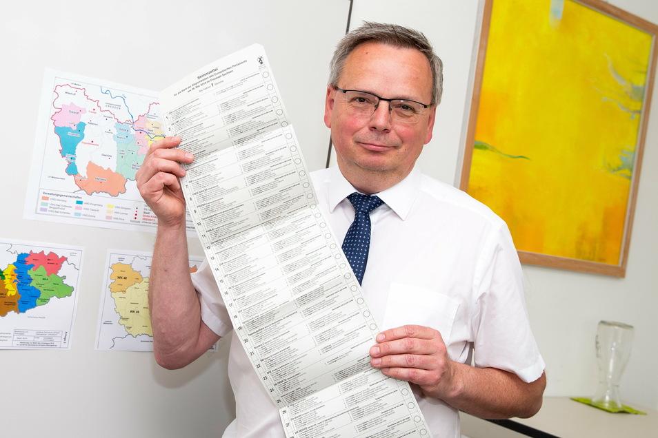 Thomas Obst leitet das Kommunalamt im Landratsamt Pirna. Dieses Foto zeigt ihn mit einem Stimmzettel zur vergangenen Europaparlamentswahl.