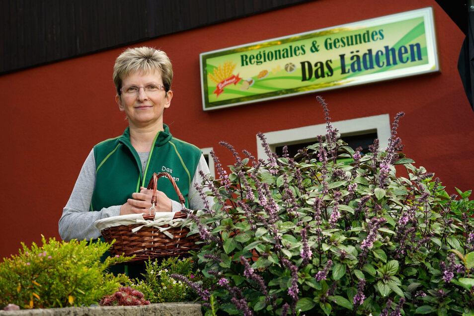 Das Hochbeet mit etwa 45 verschiedenen Kräutersorten ist die neueste Idee von Simone Hölzel. Die Ernte verkauft sie in ihrem Lädchen in Rodewitz.
