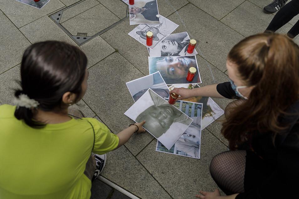 Die Fotos der Opfer wurden auf dem Platz abgelegt und mit Kerzen beschwert.