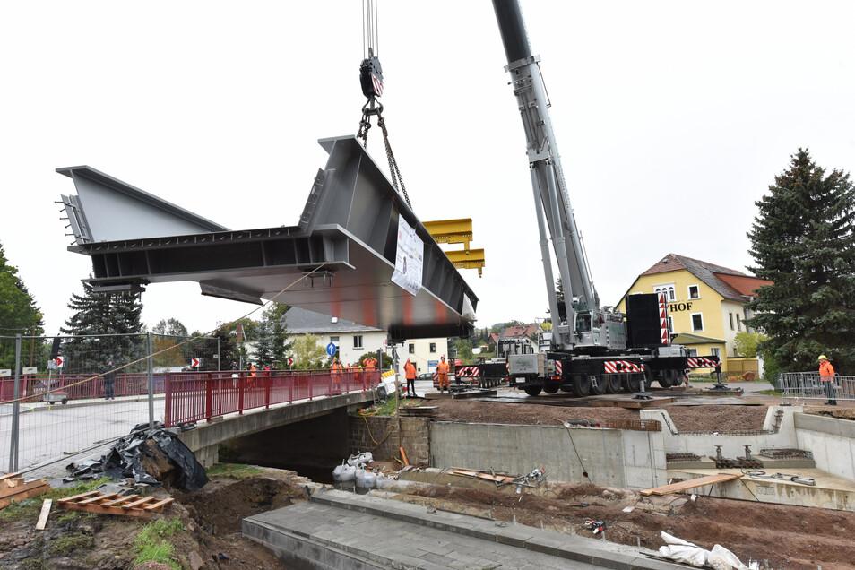 Im Oktober wurde die neue Bahnbrücke in Obercarsdorf mit einem Autokran eingehoben. Das bleibt für längere Zeit die größte Baustelle auf der Weißeritztalbahn.