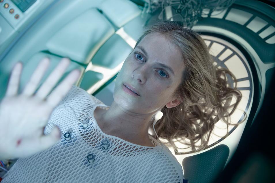Mélanie Laurent erwacht aus einem Ganzkörperkokon.