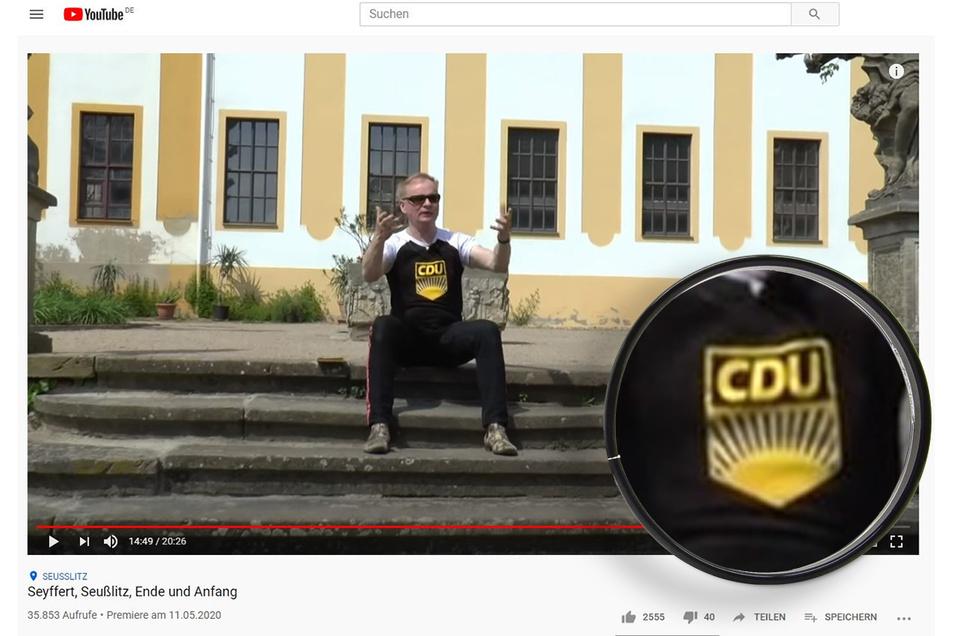 """Uwe Steimle sitzt für die Aufzeichnung seines Youtube-Formates """"Steimles Abendgruß"""" auf der Freitreppe im Seußlitzer Schlosspark. Das fragwürdige CDU-FDJ-Symbol ist deutlich zu erkennen."""