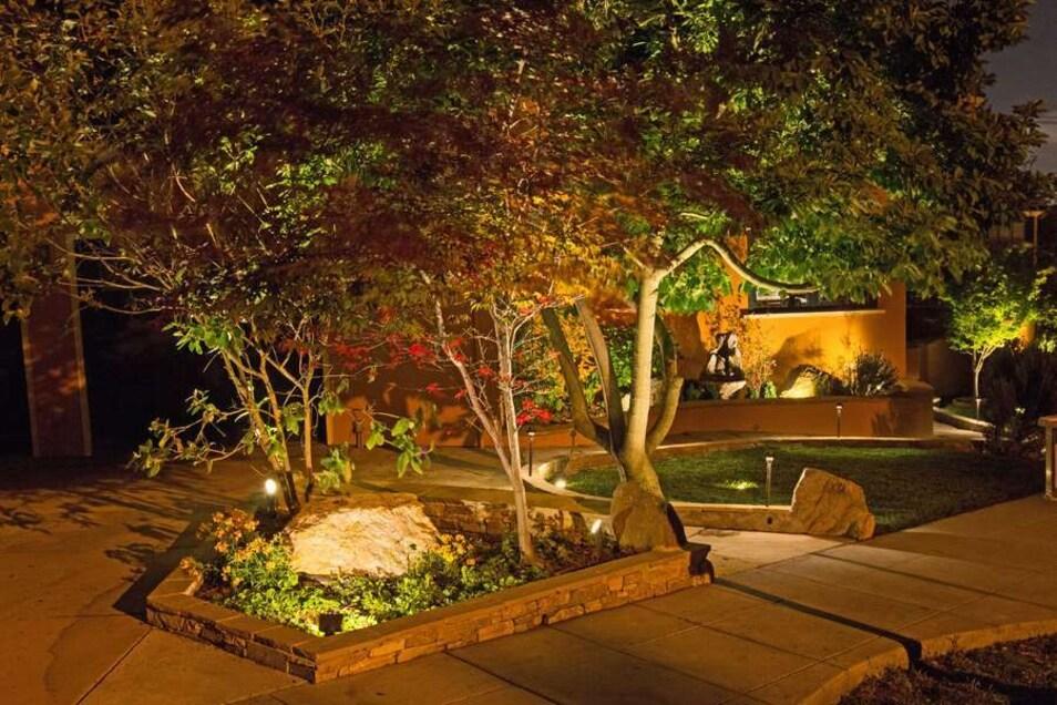 Doppelter Nutzen: Eine gut geplante Gartenbeleuchtung schafft eine behagliche Stimmung und sorgt für Trittsicherheit auf den Wegen.