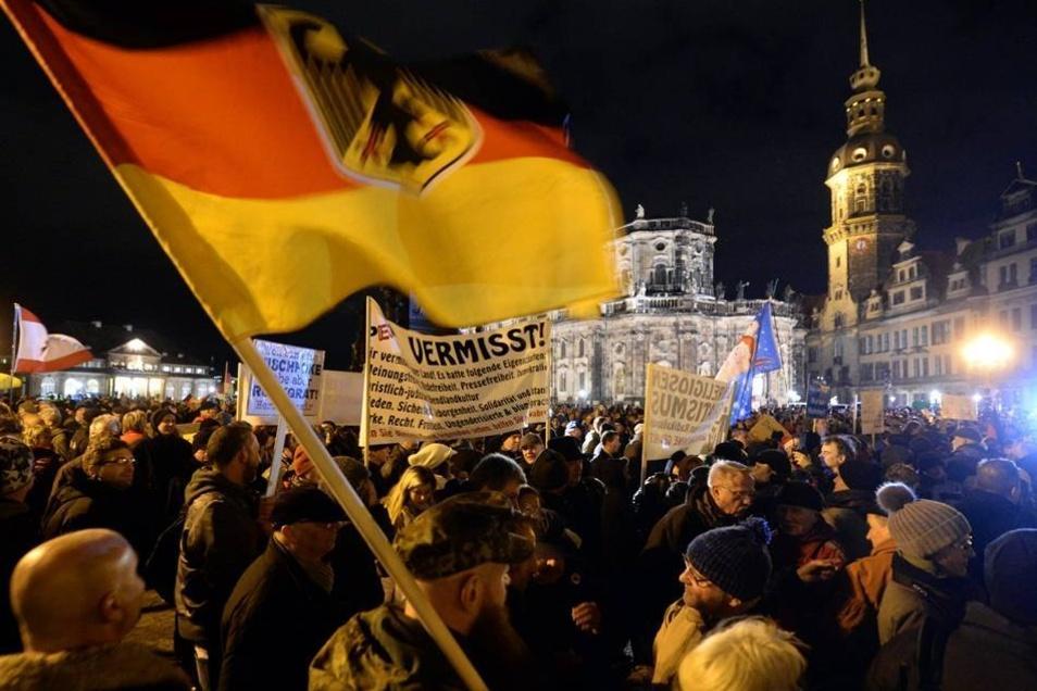 Die Anhänger des Pegida-Bündnisses protestierten auf dem Theaterplatz gegen die angebliche Überfremdung Deutschlands durch Flüchtlinge. Die Veranstalter wollten ein gemeinsames Weihnachtsliedersingen abhalten.