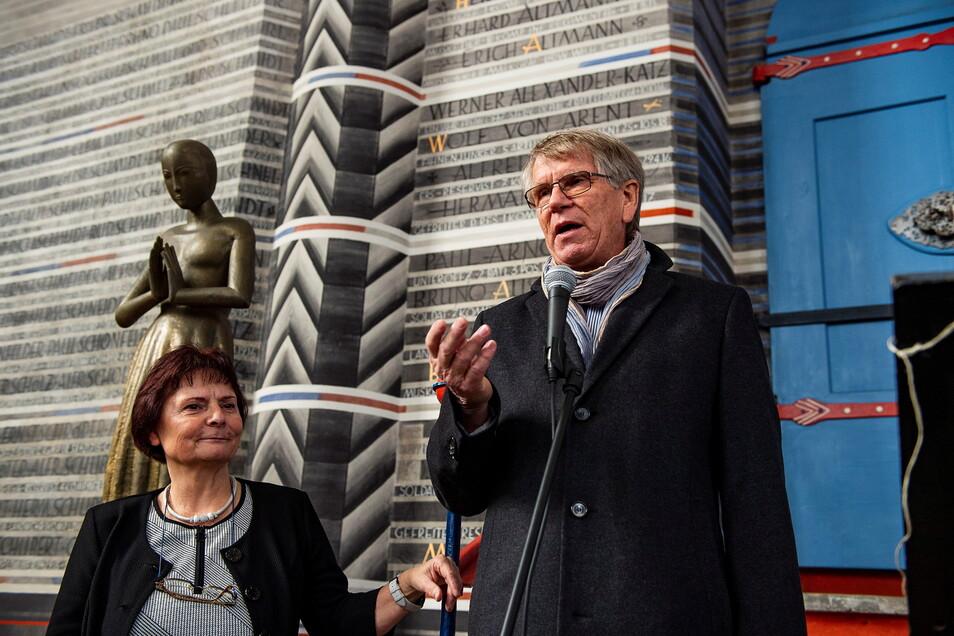 Hans Wissel schuf einst zwei Skulpturen für die Nikolaikirche. Doch der Künstler ist kaum bekannt. Das wollte 2018 eine Schau ändern. Auf dem Foto: Margrit Kempgen, damals Geschäftsführerin der Evangelischen Kulturstiftung und Christian Wissel, Sohn des Künstlers.