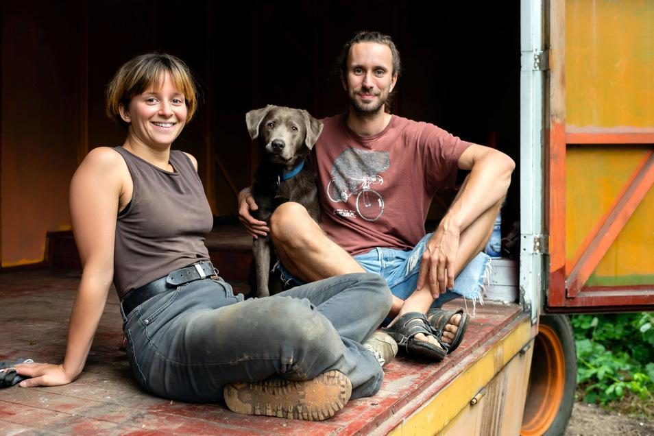 Rebekka Hefele und ihr Partner Philipp Bordihn wollen künftig in einem ausgebauten Bauwagen leben, der im Bautzener Oberland steht.