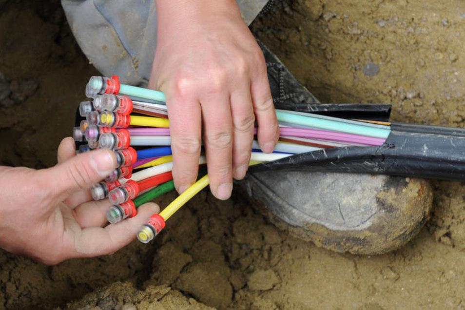 Über Glasfaserkabel soll das schnelle Internet die Häuser in der Gemeinde Hohendubrau erreichen.