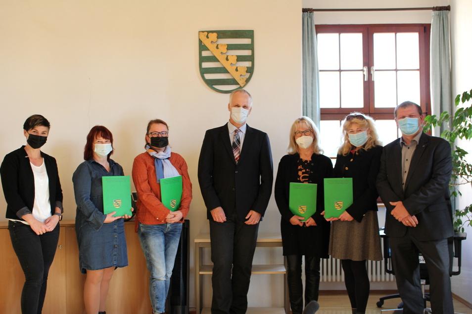 Amtsgerichtsdirektor Rainer Aradei-Odenkirchen (Mitte) zeichnete Ines Schröder (2.v.l.), Andrea Reichel (3.v.l.), Regina Zeiske (3.v.r.) und Sybille Simon (2.v.r.) für ihr Engagement aus.
