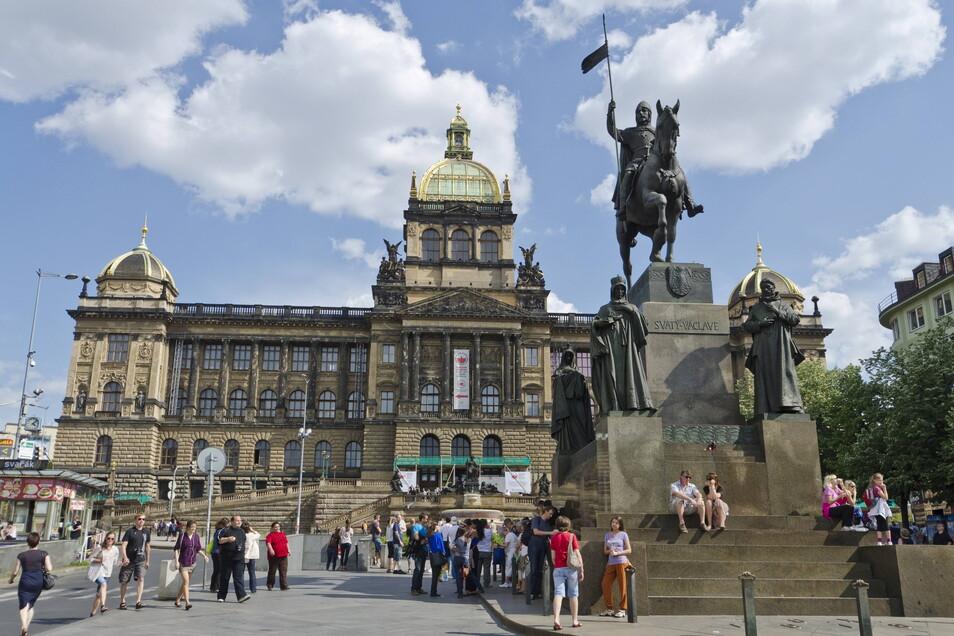 Wohl jeder Tourist, der schon einmal Prag besuchte, hat schon einmal davor gestanden: Vor dem tschechischen Nationalmuseum, das zum Lauterbacher Schwanenmädchen führt.