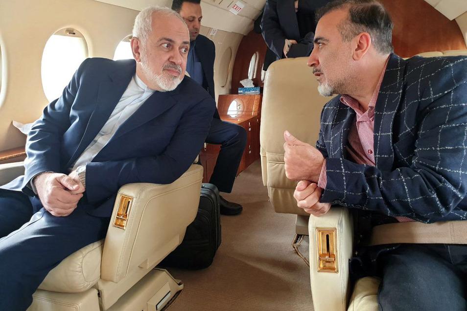 Der iranische Außenminister Mohammed Dschawad Sarif (l) spricht mit dem iranischen Wissenschaftler Massud Soleimani an Bord eines Flugzeugs, während sie Zürich in Richtung Teheran verlassen.