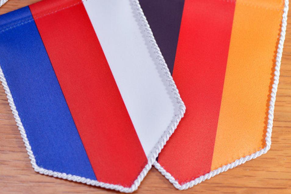 Wimpel in den Nationalfarben der Sorben (l) und von Deutschland liegen nebeneinander. Für ihr Engagement für die sorbische Sprache wird jetzt eine Bautzenerin gewürdigt.