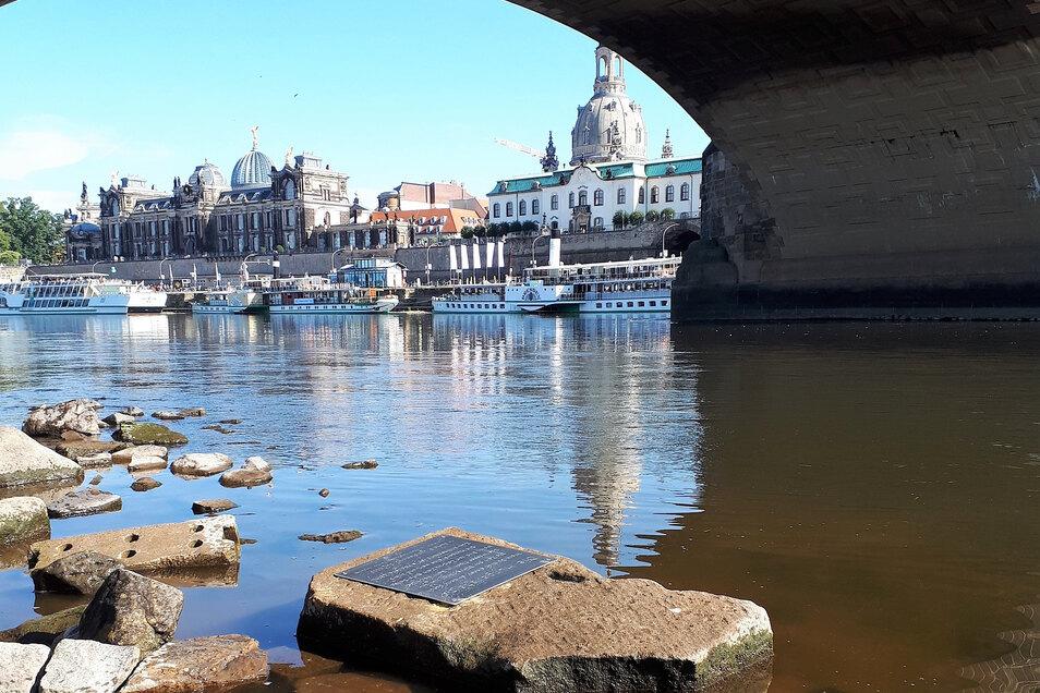 Dieser Stein an der Augustusbrücke soll späteren Generationen zeigen, wie niedrig das Wasser im Sommer 2019 gestanden hat. Am 28. Juli war der Pegel bis auf 48 Zentimeter gefallen. Die Idee für Dresdens neuen Hungerstein mit der Tafel hatte der Hobbygesch