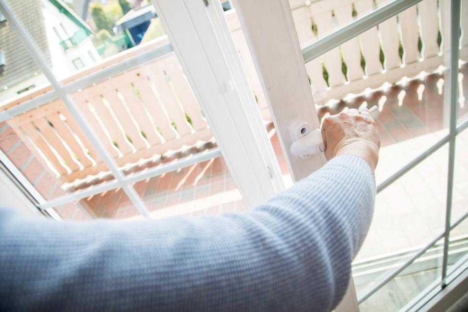 Am besten ist es, wenn im Sommer die warme Luft gar nicht erst ins Innere kommt - also möglichst früh morgens lüften.