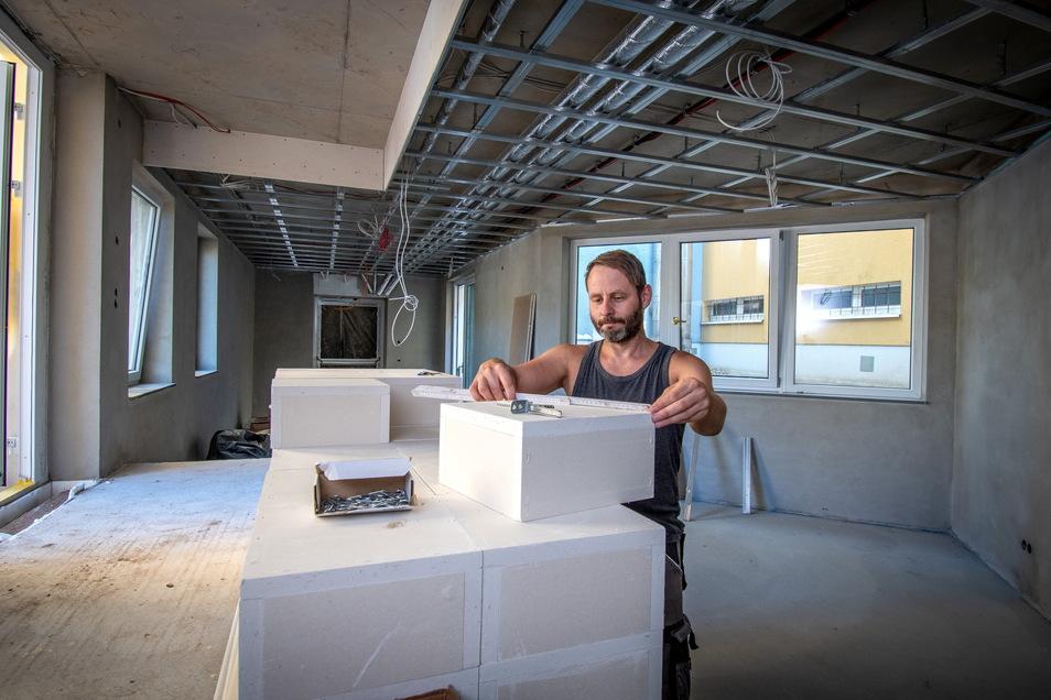 Trockenbauer Andreas Noepel und seine Kollegen arbeiten derzeit mit Hochdruck am Innenausbau der neuen Räume im Anbau der Waldheimer Oberschule.