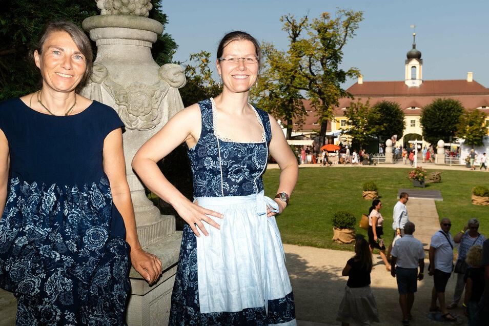 Die Dresdnerin Katja Fietz (rechts) gestaltet pfiffige Mode aus Blaudruckstoffen. Sie präsentierte diese mit ihrer Freundin Rita Göring im vergangenen Jahr auf den Leinentagen in Rammenau.