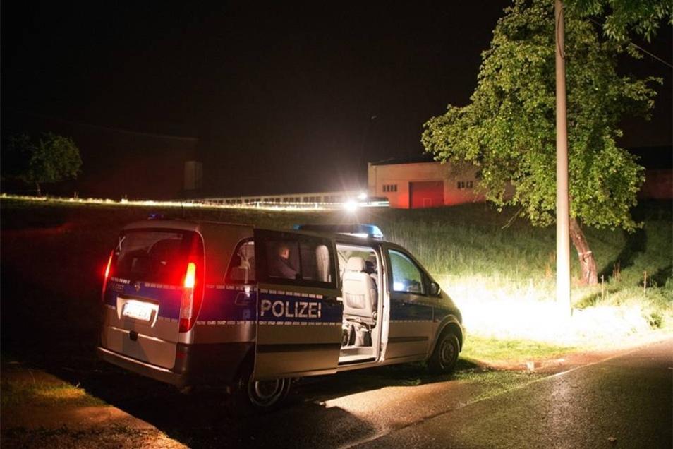 Auf dem Hof in Lampersdorf habe man die Leiche einer jungen Frau gefunden, teilte die Polizei in der Nacht zu Dienstag mit.