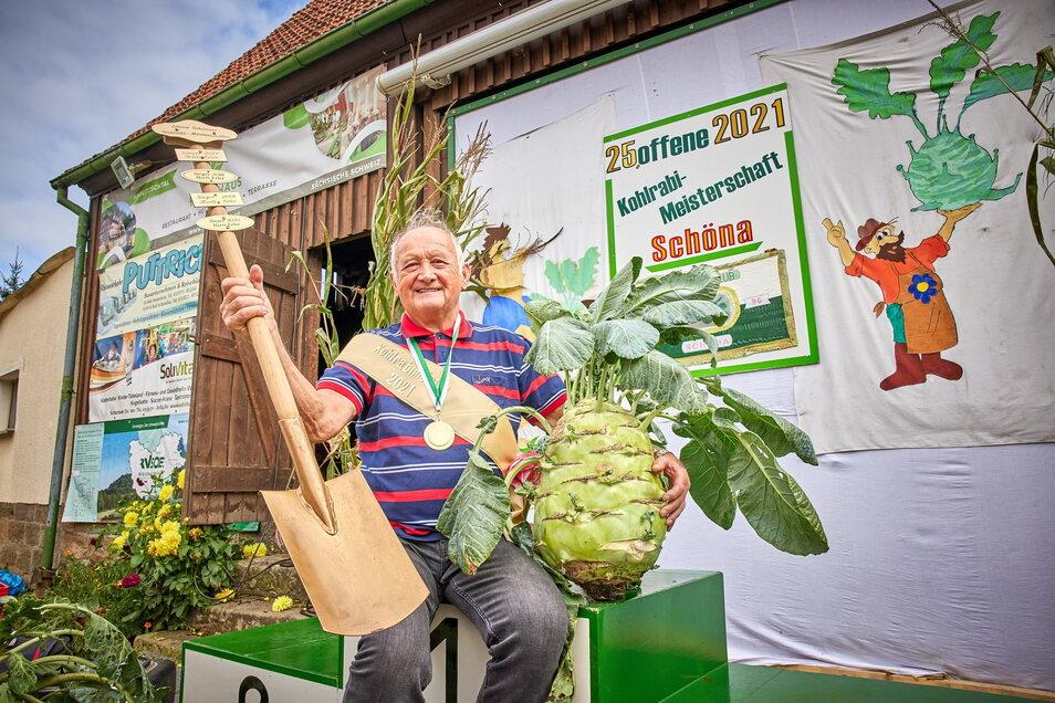 Joachim Hempel (73) aus Reinhardtsdorf hat den schwersten Kohlrabi im Jahr 2021.