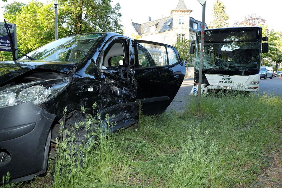 Offenbar nahm die Fahrerin des Kleinwagens dem Bus die Vorfahrt. Die Polizei hat die Ermittlungen aufgenommen.