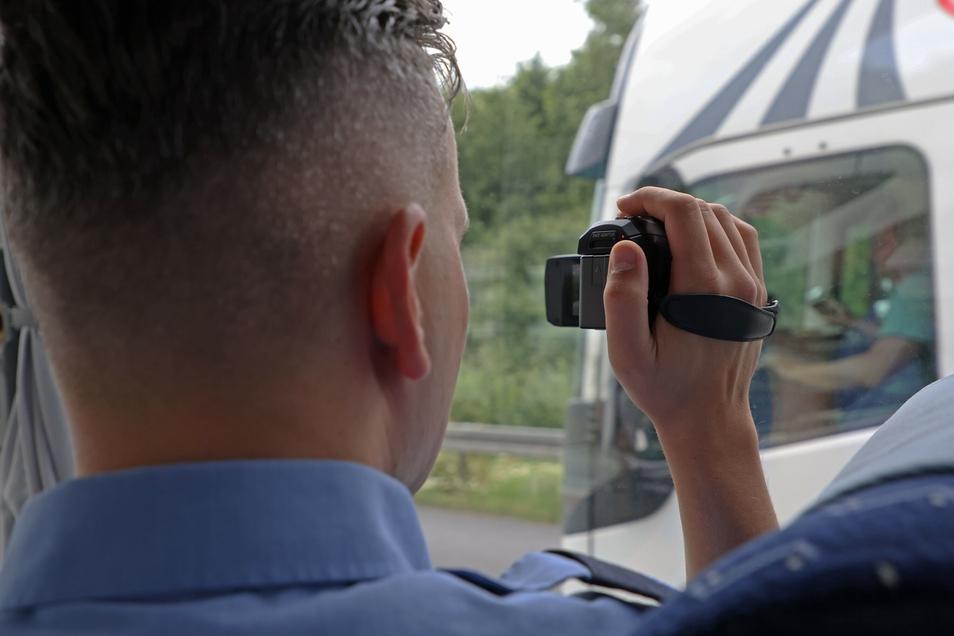Die Polizei kontrolliert an diesem Dienstag Lkw-Fahrer während der Arbeit. Die Frage: Lassen sie sich während der Fahrt ablenken?