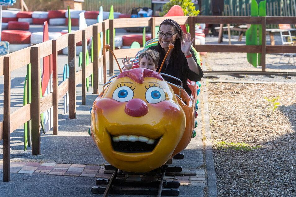 Emil und Simone Trommer-Tiedemann drehen eine Runde mit der Raupenbahn, die ganz neu aufgebaut wurde und vor allem kleine Besucher anlocken soll.