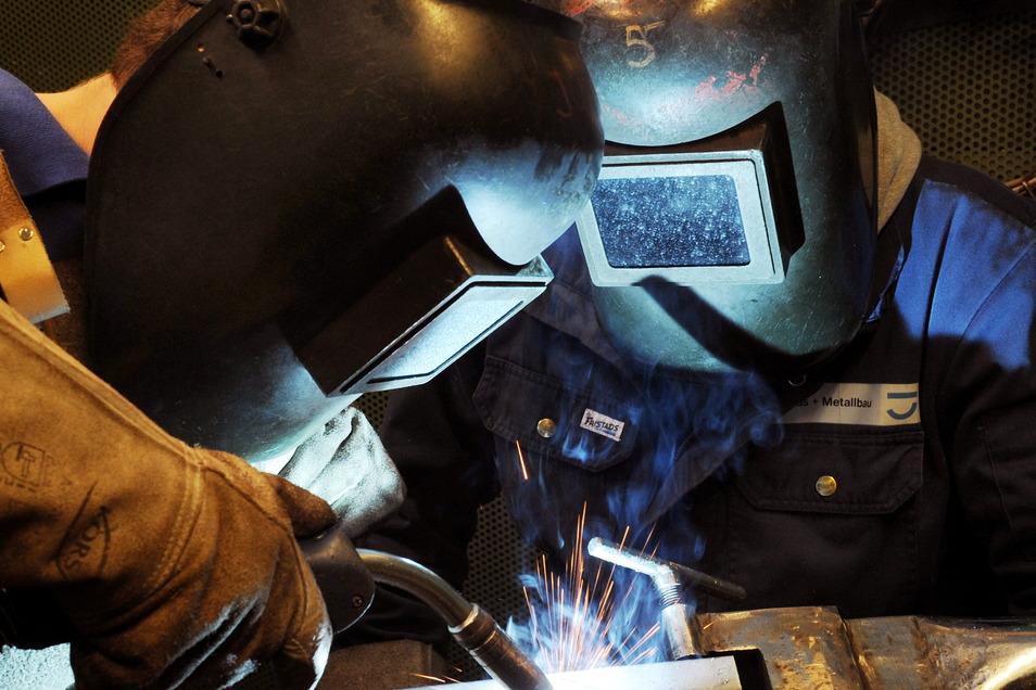 Ein Metallbau-Lehrling übt das Metall-Aktivgasschweißen. Dieser Beruf soll künftig in Riesa nur noch eingeschränkt ausgebildet werden.