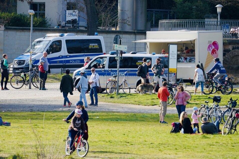 Menschen spazieren am Karfreitag an den Elbwiesen in Dresden.