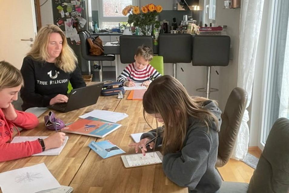 Nina Weimann Sandig (hinten) ist Managerin einer Patchworkfamilie. Nebenher unterrichtet sie Studierende. Sie versucht, es mit Humor zu nehmen.Foto: privat, Grafik: stock.adobe.com