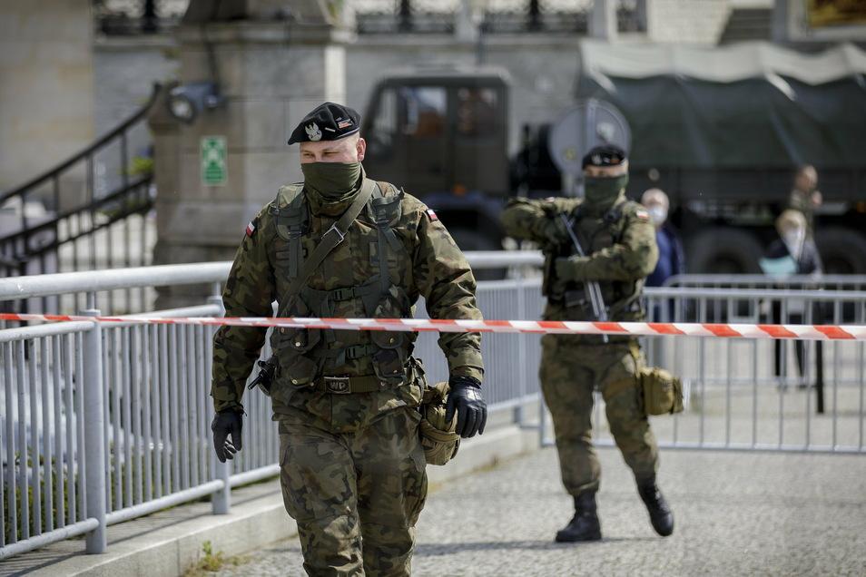 Das hatte man seit dem Beitritt Polens zur EU nicht mehr gesehen: Schwer bewaffnete Sicherheitskräfte auf der Görlitzer Altstadtbrücke.