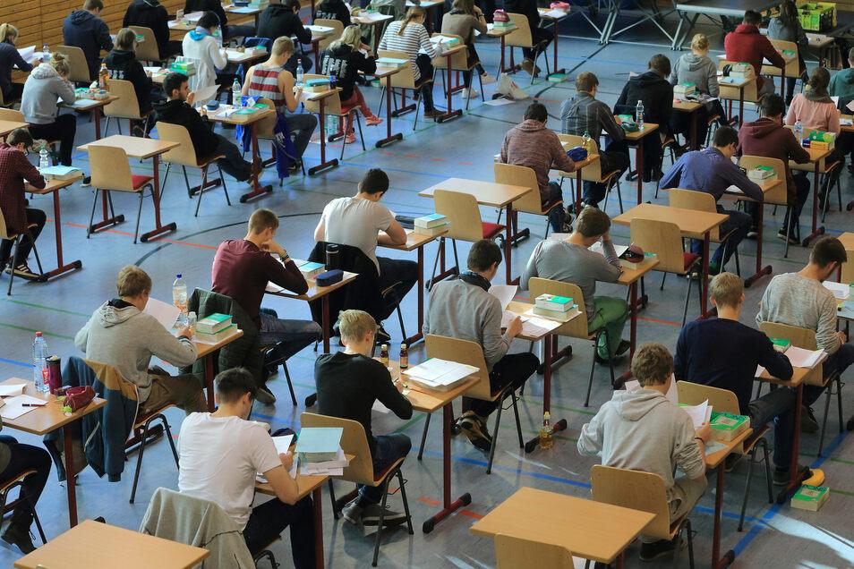 Bildung fällt in den Kompetenzbereich der Bundesländer – das führt zu unterschiedlichen Anforderungen und Aufgaben in den Abiturprüfungen.