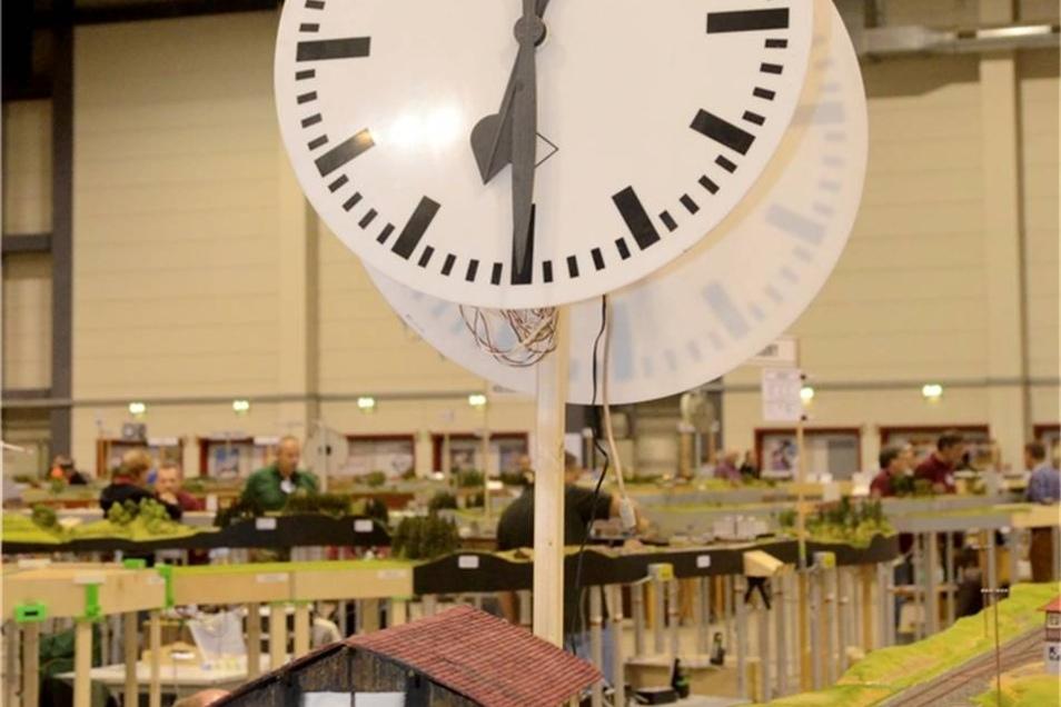 """... die vielen Uhren in der Arena. Die Zeit lief in vierfacher Geschwindigkeit ab. """"Sonst wäre es ja langweilig"""", sagt Paul Hartman."""