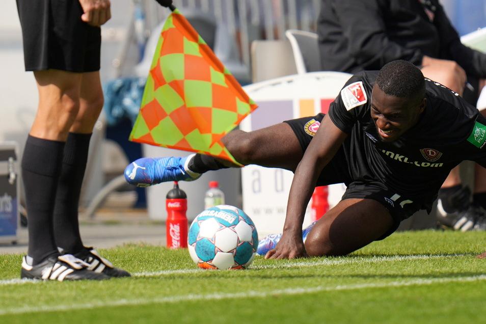 Agyemang Diawusie versucht, den Ball von der Linie zu kratzen. Ihm gelingt nach seiner Einwechslung nicht viel.