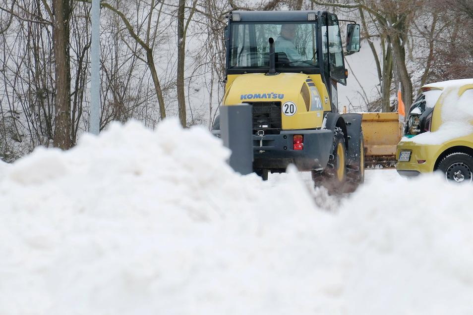 Wohin mit dem vielen Schnee? Das war eine Frage, die am Montagmorgen viele Einwohner des Landkreises Meißen beschäftigte. Sie kamen mit beräumen und schippen kaum nach.