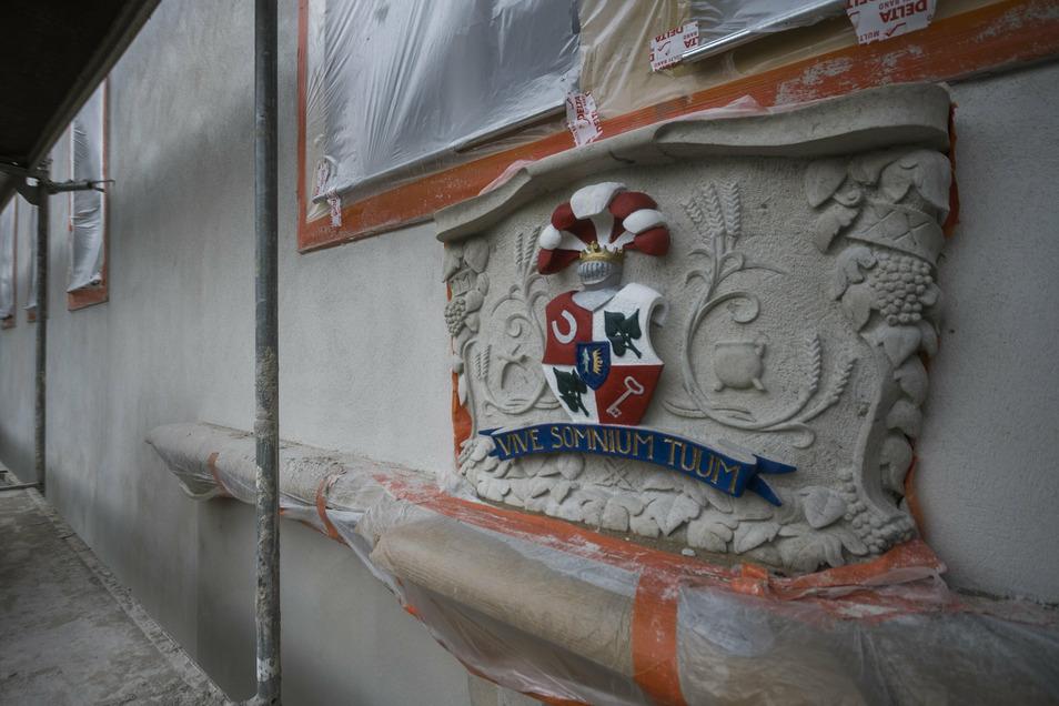 """Hingucker an der Fassade: Dieses aus Sandstein gearbeitete Wappen des Ritterguts Tiefenau ziert jetzt den Eingang über dem Torbogenhaus. Die Inschrift """"Vive somnium tuum"""" ist lateinisch und bedeutet """"Lebe deinen Traum""""."""