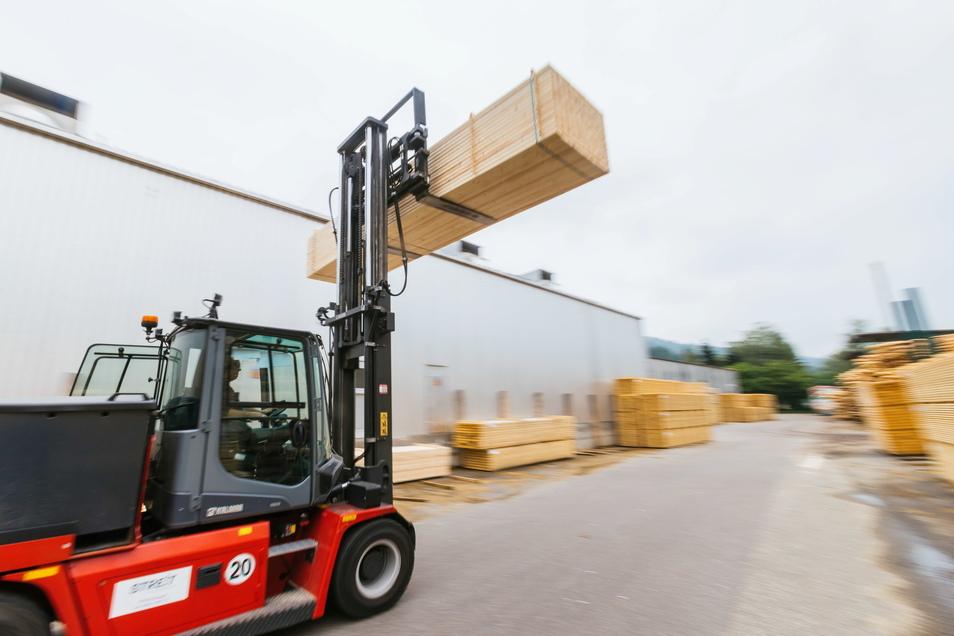 Ein Gabelstapler transportiert Holz über das Gelände eines Sägewerks: Holz ist wie andere Baustoffe auch knapp und teuer.