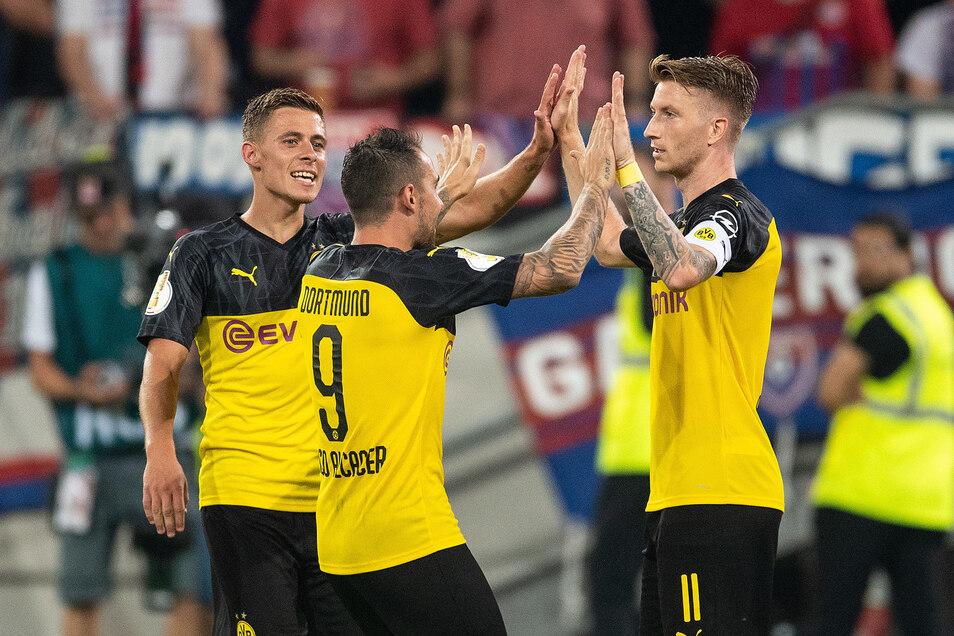 Der spätere Torschütze zum 2:0, Paco Alcacer, klatscht mit Marco Reus ab, der irregulär das 1:0 erzielte.